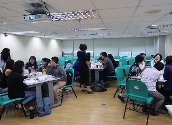 參與課程的公立、私立單位一起分組討論,希望提出跟以往不同的的志工服務規劃。