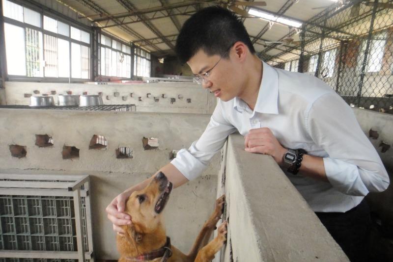 世聯會理事長蕭立俊原本就是志工,有自己照顧的狗兒。  江幸芸/攝