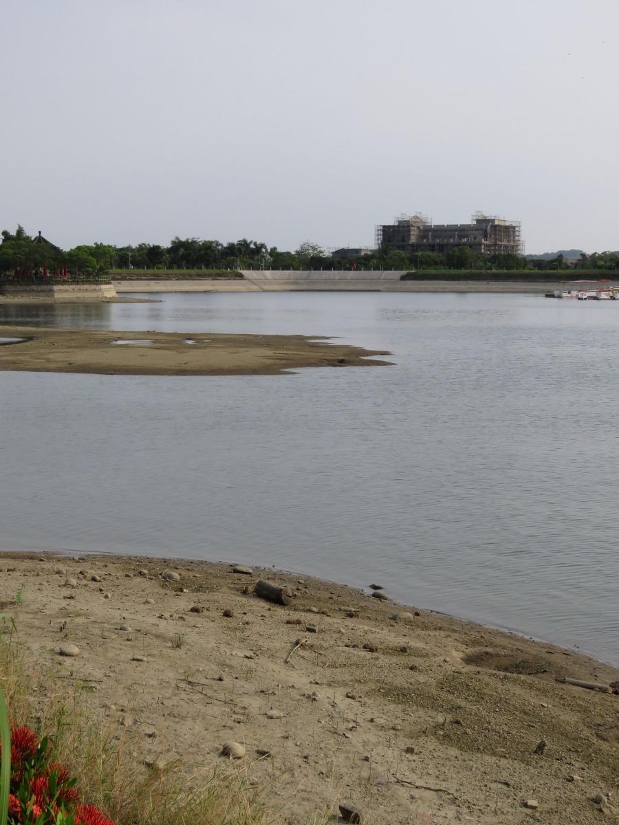 虎頭埤水位下降,池底露出。高維奇/攝