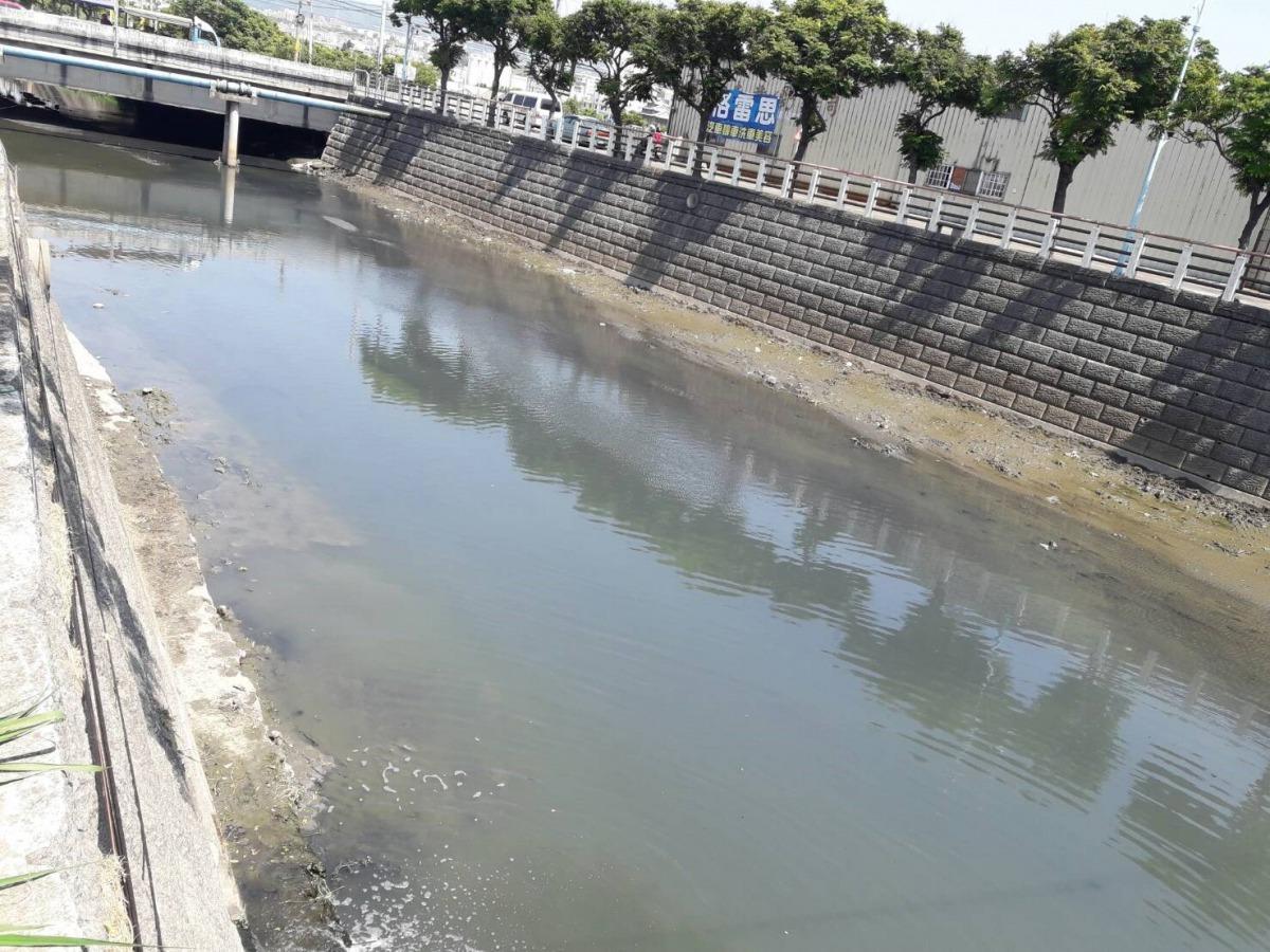 降雨量不足加上河川基流量不夠,造成梧棲大排大興橋下游附近水位偏低,高溫使水中藻類滋生、底泥上浮,目視的水色偏綠、偏深色。台中市環保局/提供