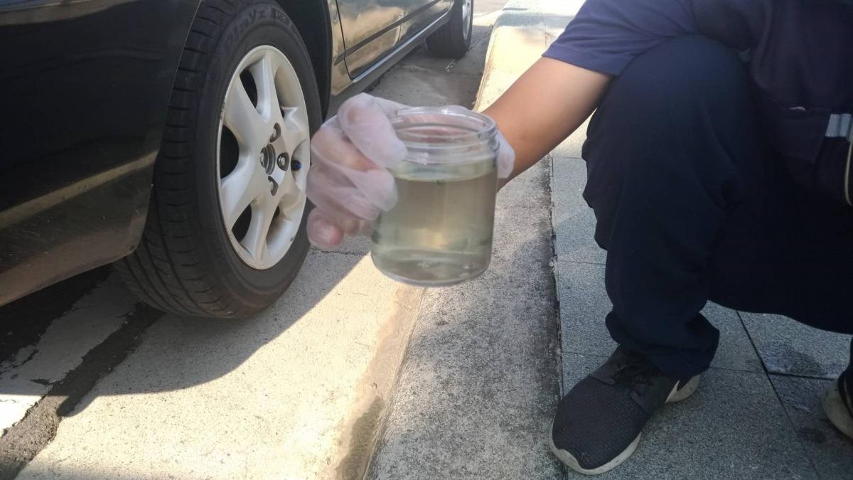 台中市環保局檢驗梧棲大排水質,初判水中溶氧程度不足致魚群死亡。台中市環保局/提供