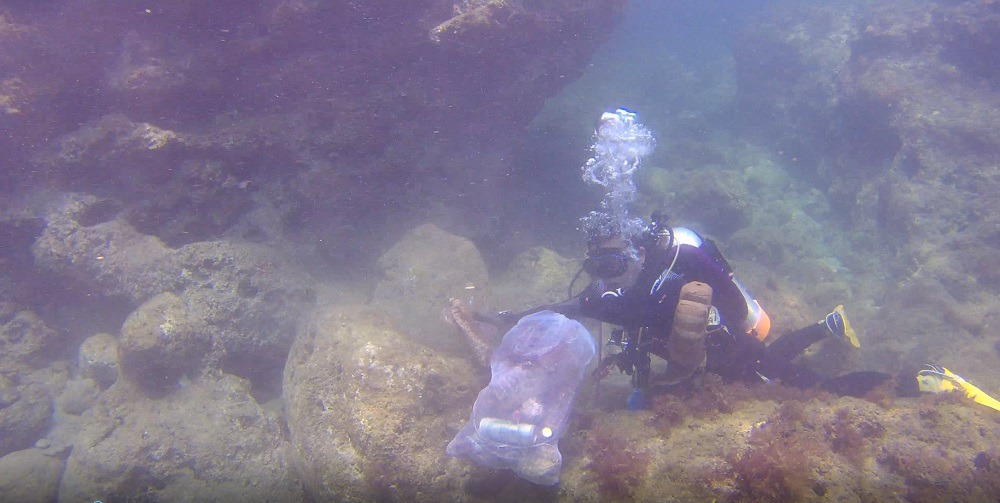 屏東縣政府為提升海洋環境維護,透過常態淨海、淨灘活動…等推廣海洋環境教育的重要性。屏東縣政府/提供