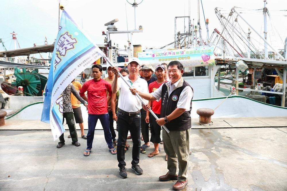 屏東縣政府環保局成立環保艦隊並召集志工及相關團體下海清理小琉球一帶的「海洋(漂)廢棄物」。屏東縣政府/提供