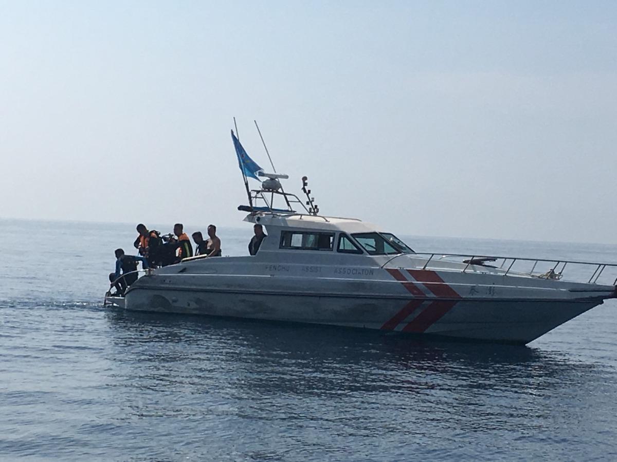 高科大團隊與志工們準備下水打撈作業 。國立高雄科技大學/提供
