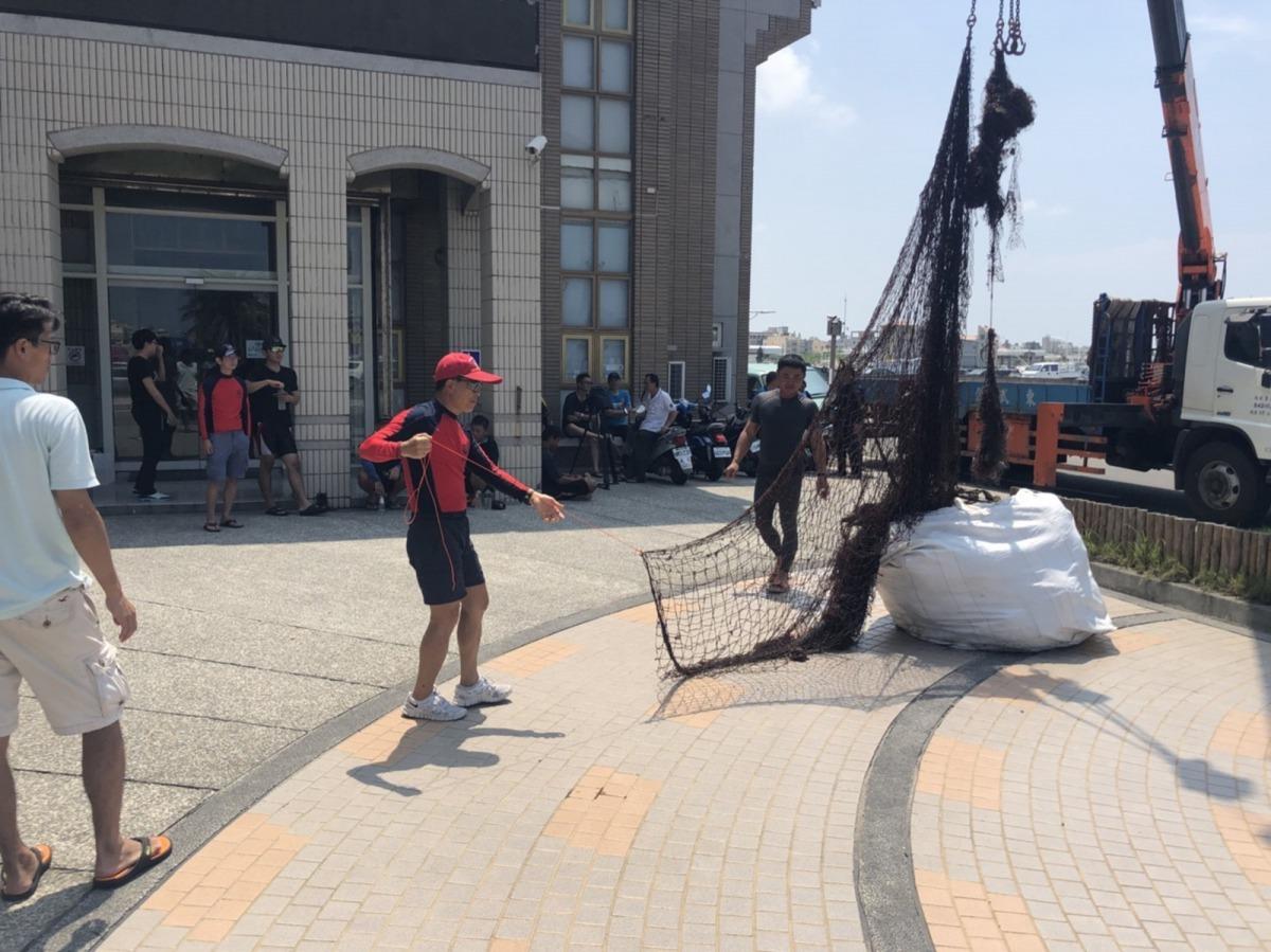 打撈上岸廢棄漁網及漁具。國立高雄科技大學/提供