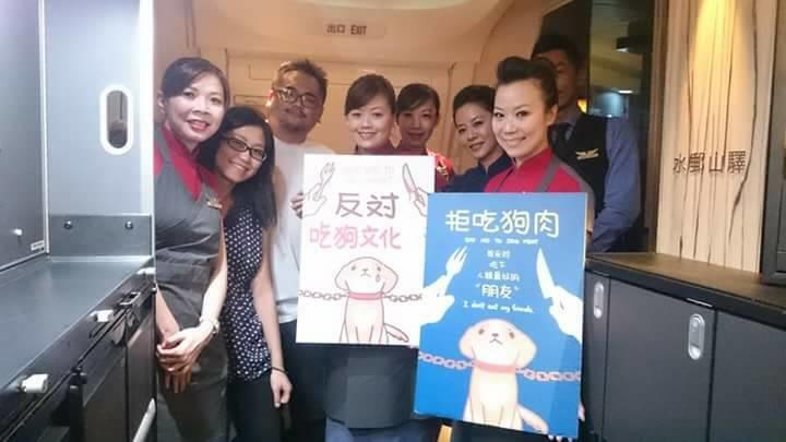 台灣除了動保團體代表,十二夜導演Raye(左二)、溫州社區發展協會理事長何承翰(左三)、左湘敏等人也受邀來到香港參與世界愛犬節活動,並一路攜帶立牌宣傳。 左湘敏/提供