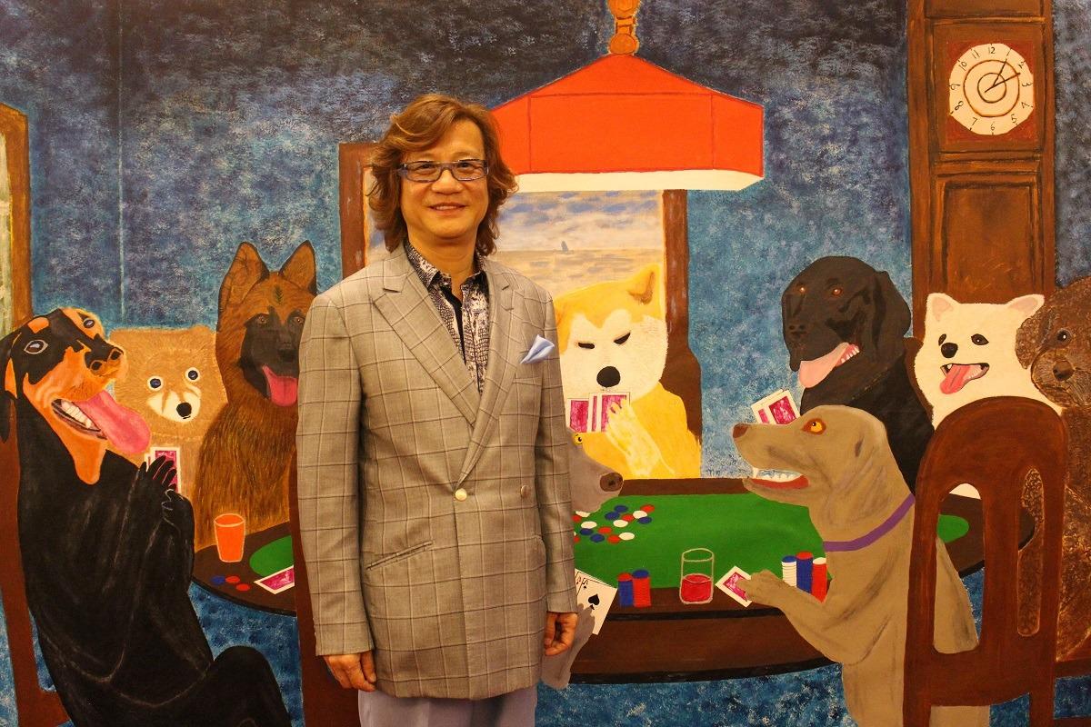 圖為視狗為靈魂伴侶的彭宏陵。擅油畫的他,在推動「明文立法,禁食狗肉」之後,繪畫主題也以狗為主了。 何宜/攝