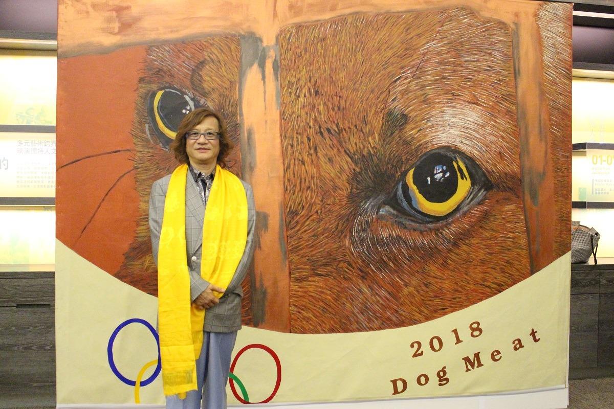 香港企業家彭宏陵。其所創立的世界愛犬聯盟以明文立法禁食狗肉為宗旨活動,背板為世界愛犬聯盟希望能在2018年冬季奧運前推動韓國立法禁食狗肉。 黃國綱/攝