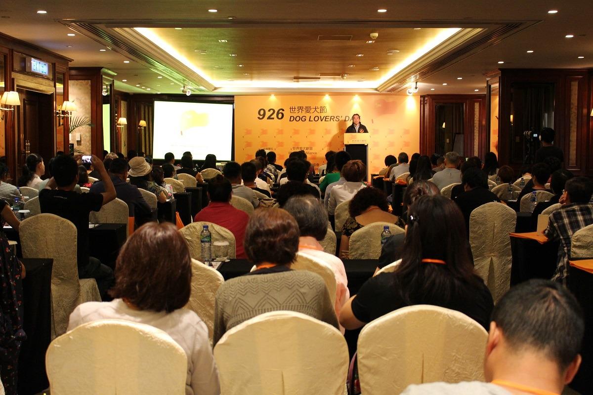 世界愛犬聯盟今日於香港舉辦第一屆世界愛犬節,逾百名動保團體代表出席。 李娉婷/攝