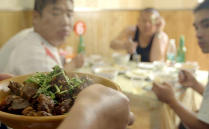 "《無聲的呼喚》電影片段,越南河內的一間狗肉店。 取自<a data-cke-saved-href=""http://www.eatinghappinessmovie.com/#!"" target=""_blank"">eatinghappinessmovie</a>"