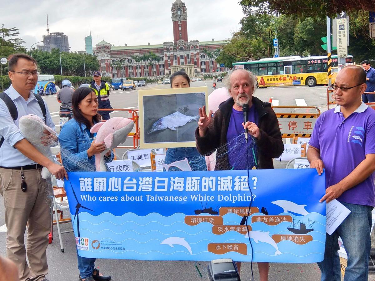 台灣媽祖魚保育聯盟、彰化縣環境保護聯盟以及台灣蠻野心足生態協會今(22)召開「誰來關心白海豚?」記者會。陳璽安/攝