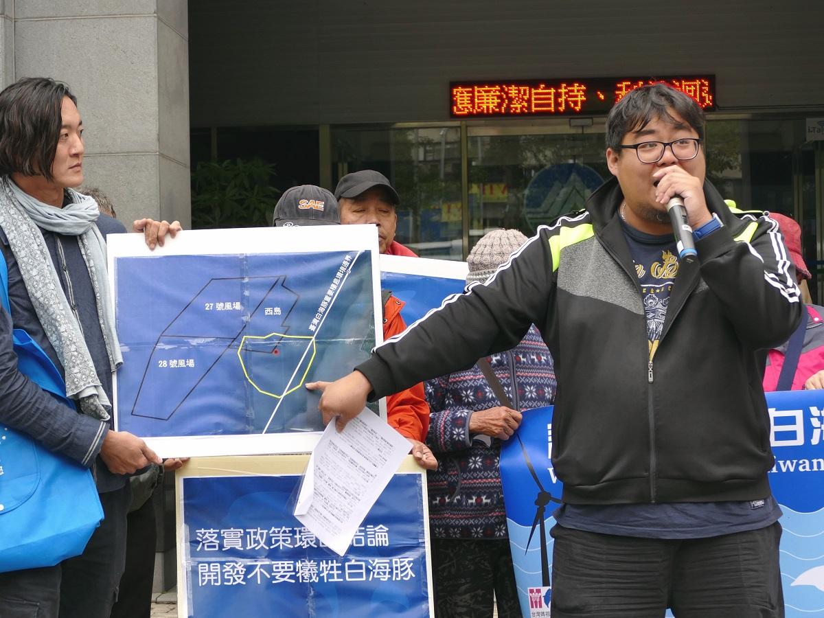 李孝濂說明風場開發的噪音範圍與白海豚的棲地之關係。台灣蠻野心足生態協會/提供
