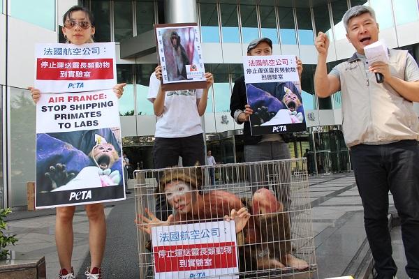 關懷生命協會執行長何宗勳(右)呼籲台灣民眾抵制法航。 李娉婷/攝