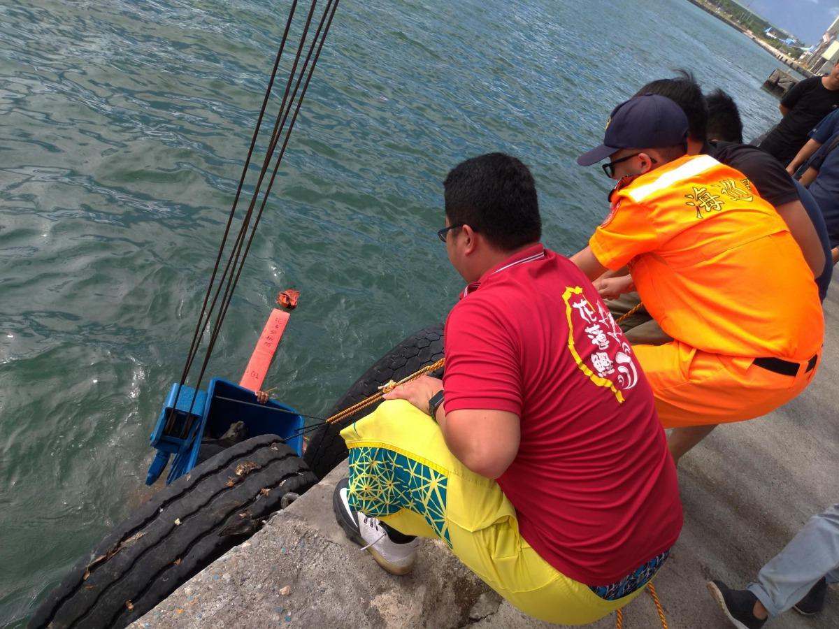 海巡人員將迷航的欖蠵龜打撈上岸。第一二岸巡隊/提供