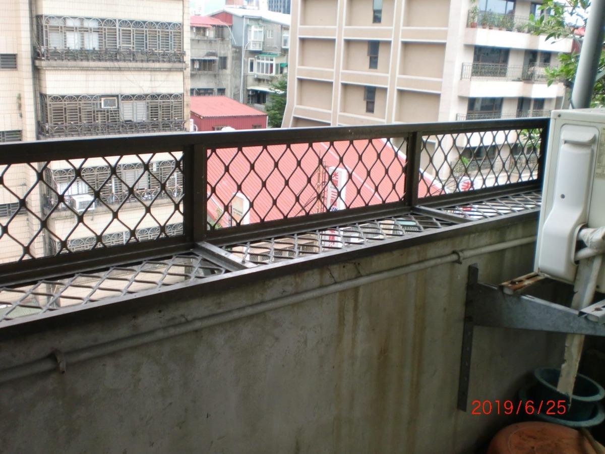 飼主家中陽台是無加裝防盜窗的女兒牆,容易導致意外發生。 台北市動保處/提供