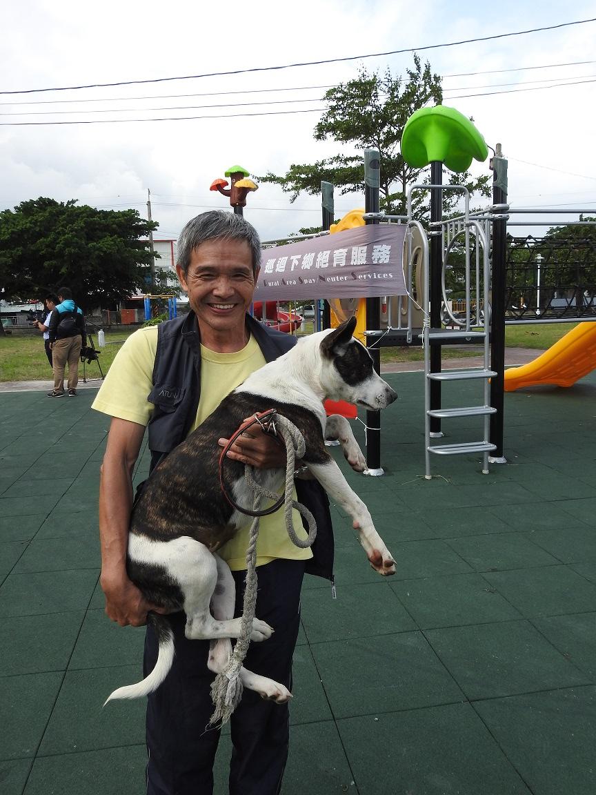 民眾帶著家犬前來做絕育。 台東縣政府/提供