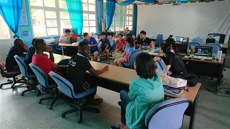 長榮大學4名國際學生與海洋大學研究生一起討論海龜的生態調查。 長榮大學/提供