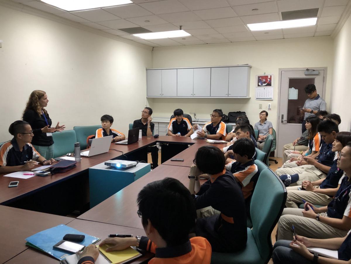 Dr. Allison與屏東海生館人員交流海洋生物的照護與醫療。 海生館/提供