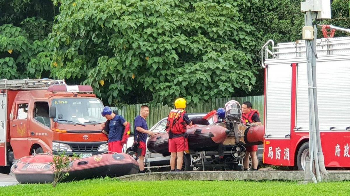 今年6月消防局出動橡皮艇救援落水的「小寶」。 溫芳玲/提供