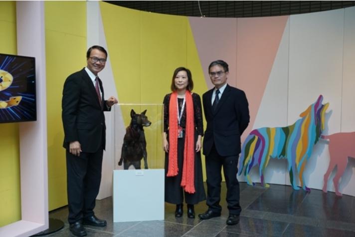 科博館副館長羅偉哲(右一)與策展人陳慧娟(中)跟狗標本合影。 科博館/提供
